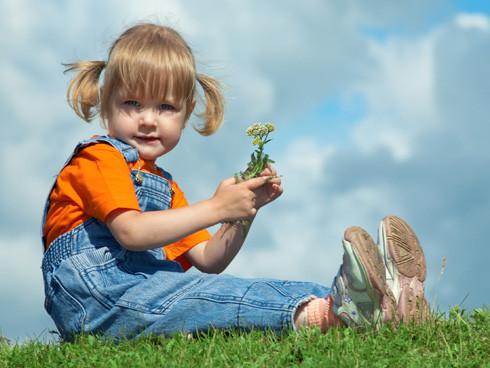 niños plantas