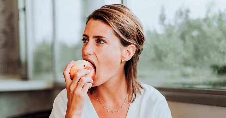 comer-fruta-sin-pelar-manzana-sin-pelar